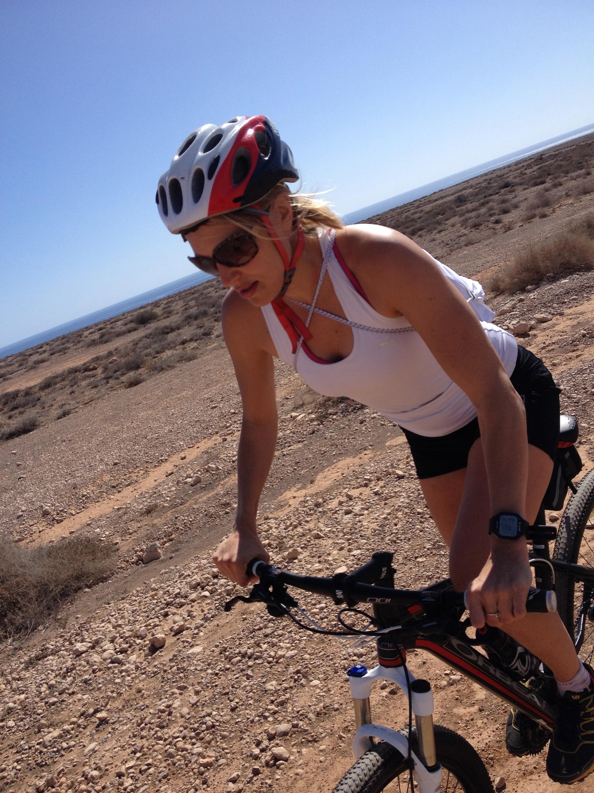 Polkemista kuumuudessa/ Cycling in the heat